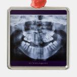 Radiografía de un jawline de los chicas tomado con adorno navideño cuadrado de metal