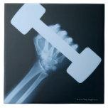 Radiografíe la imagen de la mano humana con el pes azulejo