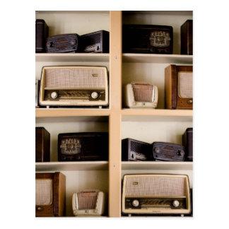 Radios viejas de los años 50 del vintage en tarjeta postal
