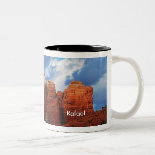 Rafael en la taza de la roca del pote del café