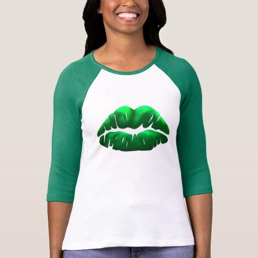 Raglán de las señoras del beso del verde del día playera