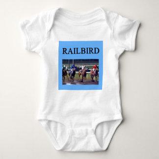 Railbird de la carrera de caballos playeras