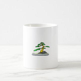 Raíz sobre los bonsais de la roca viejos en bandej taza básica blanca