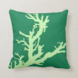 Rama coralina - cal y verde esmeralda cojín decorativo