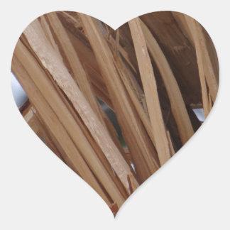 Rama de árbol agrietada pegatina en forma de corazón