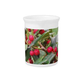 Rama de árbol de acebo con las bayas rojas jarra de beber