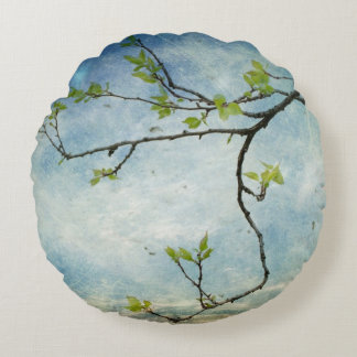 Rama de árbol sobre el cielo texturizado cojín redondo