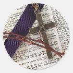 Rama de espinas y de la cruz pegatina redonda