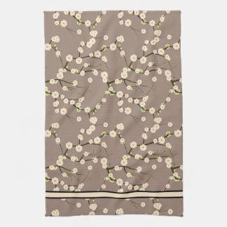 Ramas blancas largas de la flor de cerezo en beige toalla