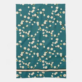 Ramas blancas largas de la flor de cerezo en verde toallas