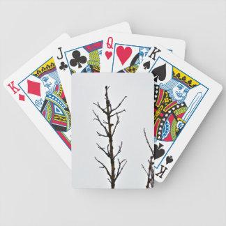 Ramas de árbol desnudas contra un cielo nublado baraja cartas de poker