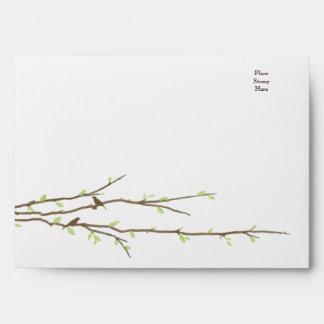 Ramas de florecimiento con el sobre de los pájaros