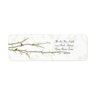 Ramas de florecimiento con la etiqueta de correo d etiqueta de remite
