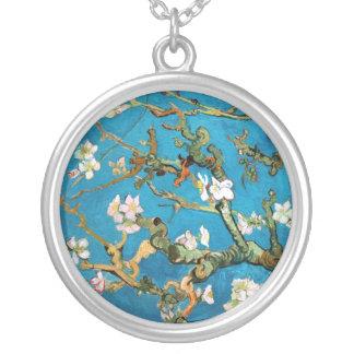Ramas de la almendra en el detalle de la floración collar plateado