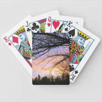 Ramas desnudas contra una puesta del sol espectacu barajas de cartas