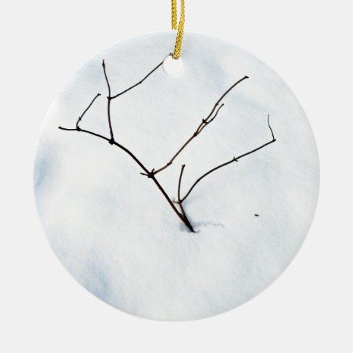 Ramas desnudas que se pegan fuera de la nieve adorno redondo de cerámica