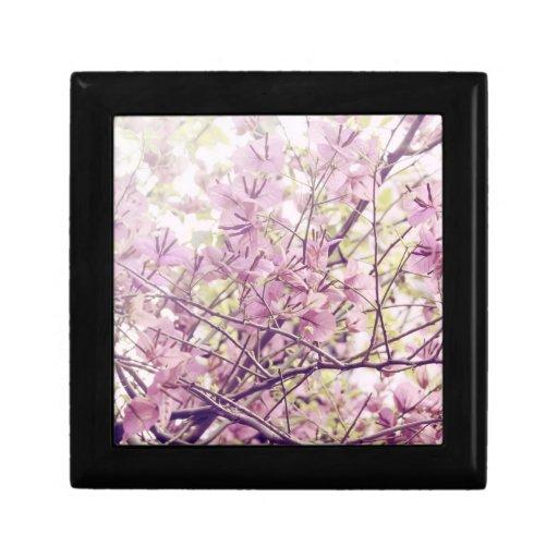 Ramas florales en colores pastel suaves caja de recuerdo