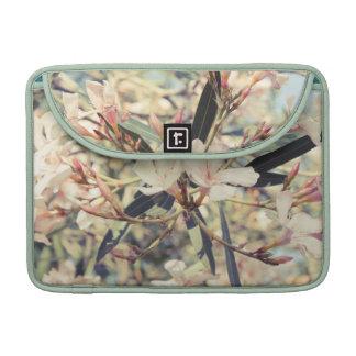 Ramas florales en colores pastel suaves funda para macbooks