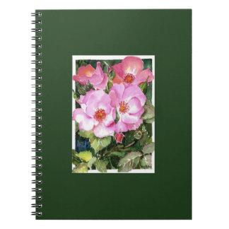 Ramilletes rosados en las hojas verdes spiral notebook