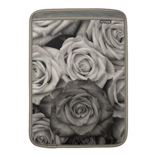 Ramo blanco y negro bonito de los rosas de flores fundas macbook air