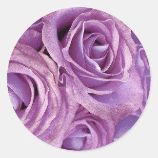 Ramo color de rosa púrpura - sello del sobre del pegatina redonda