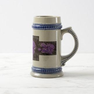 Ramo color de rosa púrpura jarra de cerveza