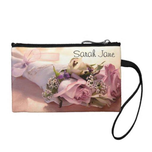 ramo color de rosa rosado con el bolso de embrague
