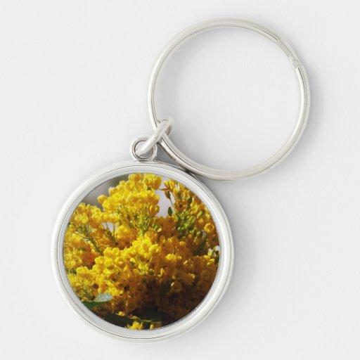 Ramo de flores amarillas en la floración llavero redondo plateado