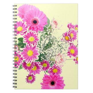 Ramo de flores rosadas libros de apuntes con espiral