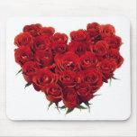 Ramo de rosas de color rojo oscuro en forma de cor alfombrillas de ratón