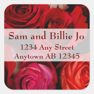 Ramo de rosas rojos que casan el remite pegatina cuadrada