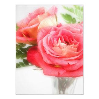 Ramo de rosas rosados en un florero foto