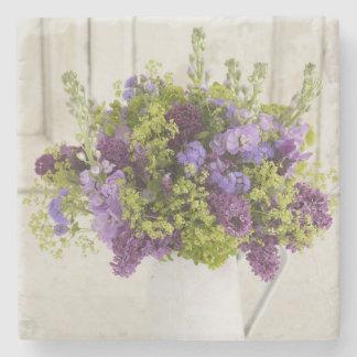 Ramo floral púrpura y verde hermoso posavasos de piedra