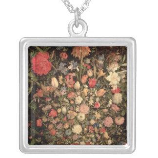 Ramo grande de flores en una tina de madera collar plateado