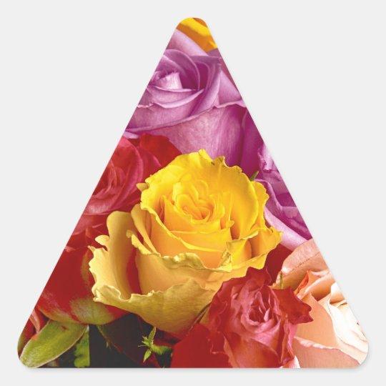 Ramo hermoso de rosas multicolores pegatina triangular