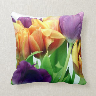 Ramo magnífico de los tulipanes cojín