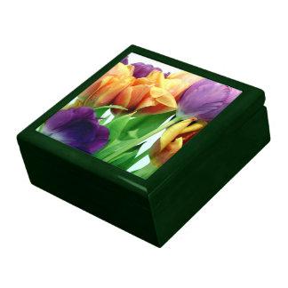 Ramo magnífico de los tulipanes joyero cuadrado grande