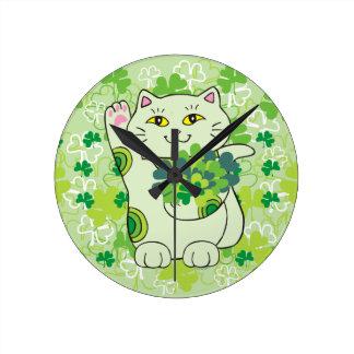 Ramo Maneki Neko (gato afortunado) del trébol Reloj Redondo Mediano