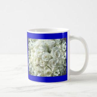 Ramo nupcial blanco en azul taza de café