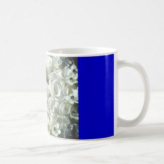 Ramo nupcial blanco en la taza azul - Cutomizable