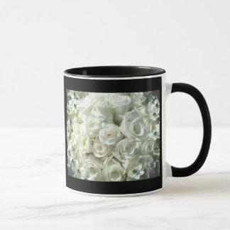 Ramo nupcial blanco en la taza negra -