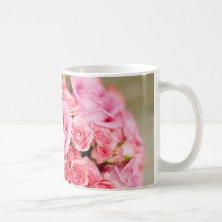 Ramo nupcial de los rosas rosados taza de café