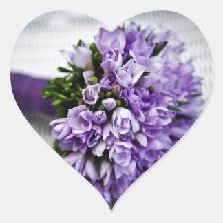 Ramo púrpura del boda del tulipán de la lavanda pegatina en forma de corazón