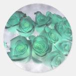Ramo que frecuenta de rosas teñidos verdes pegatina redonda