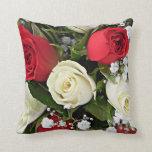 Ramo rojo y poner crema de los rosas almohada