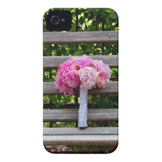 Ramo rosado del Peony en banco de madera Case-Mate iPhone 4 Coberturas