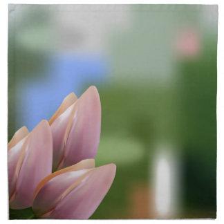 Ramo rosado suave de tulipanes en empañado servilletas