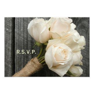 Ramo y Barnwood del rosa blanco que casan R S V P