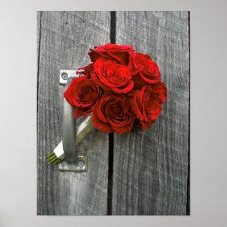 Ramo y Barnwood del rosa rojo Póster