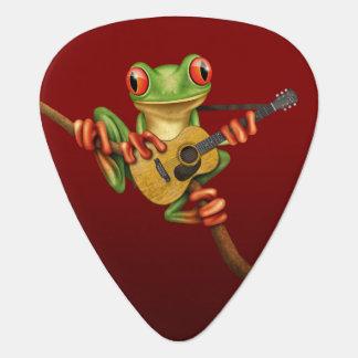 Rana arbórea linda que juega un rojo de la uñeta de guitarra